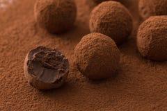 关闭被盖的小组开胃黑块菌状巧克力 库存图片