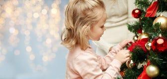 关闭装饰圣诞树的小女孩 库存照片