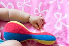 关闭西安逗人喜爱的婴儿女婴的画象(婴孩是thre 库存照片