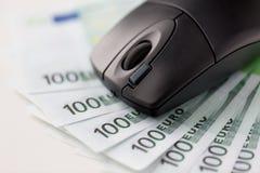 关闭计算机老鼠和欧洲现金金钱 免版税库存图片