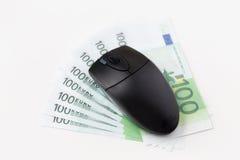 关闭计算机老鼠和欧洲现金金钱 库存照片