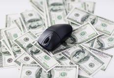 关闭计算机老鼠和美元现金金钱 免版税库存照片