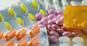 关闭许多不同的转动的药片和药物 医学、药片和片剂有天线罩包装转动的 关闭 股票视频