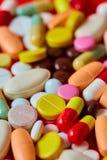 关闭许多五颜六色的药片 库存图片
