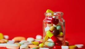 关闭许多五颜六色的药片 免版税图库摄影