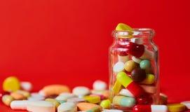 关闭许多五颜六色的药片 免版税库存图片