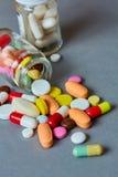 关闭许多五颜六色的药片 库存照片