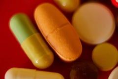 关闭许多五颜六色的药片 免版税库存照片