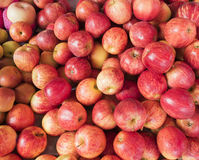 关闭许多新鲜的红色苹果在市场上 库存图片