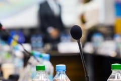 关闭话筒在会议的会议室 免版税库存图片