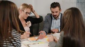 关闭谈论突发的灵感的小组年轻建筑师创造性的企业队会议在起始的办公室新的想法 影视素材