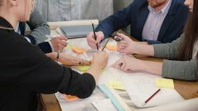关闭谈论突发的灵感的小组年轻建筑师创造性的企业队会议在起始的办公室新的想法 股票录像
