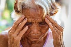 关闭资深亚洲妇女面孔和眼睛,有窦炎窦炎的亚裔资深妇女 免版税库存图片