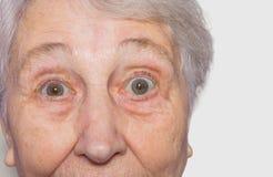 关闭资深妇女` s面孔看法在白色背景的 图库摄影