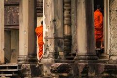 关闭走入吴哥窟,暹粒市,柬埔寨,印度支那的修士 免版税库存图片