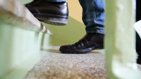 关闭走的人民的腿提高台阶在城市,去,成功,长大企业概念 腿上升 免版税图库摄影