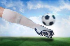 关闭踢球的足球运动员 免版税库存图片