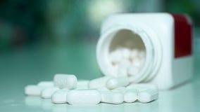 关闭转动在桌上的药片或caplets从上面被射击 股票视频