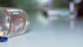 关闭转动在桌上的药片或caplets从上面被射击 影视素材