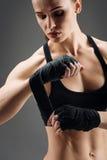 关闭运动女孩佩带的有弹性体育绷带 库存图片