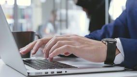 关闭运转onn的男性手他的膝上型计算机在办公室 影视素材