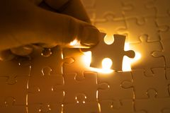 关闭连接难题元素和maki的商人手 免版税库存图片