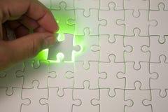 关闭连接难题元素和maki的商人手 库存图片