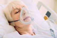 关闭退休的夫人有呼吸支持在医院 免版税库存图片