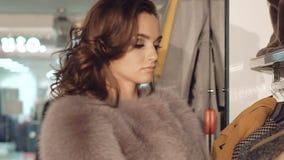 关闭选择在精品店的时髦的夫人皮大衣 股票录像