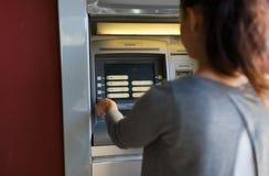 关闭选择在atm机器的妇女选择 免版税库存照片