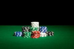 关闭选材台表面上的赌博娱乐场芯片 库存照片