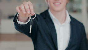 关闭递汽车钥匙的人的手 股票录像