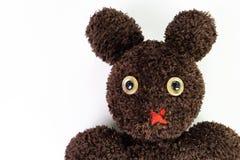 关闭逗人喜爱手工造蓬松棕色毛线被混合在熊之间 库存照片
