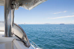 关闭通过在海洋的汽艇弓小船 免版税库存照片