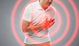 关闭遭受心脏疼痛的人 免版税库存照片