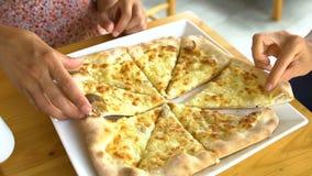 关闭采取从小板材的妇女乳酪薄饼切片 股票视频