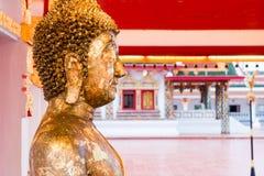 关闭金子菩萨的面孔与金叶板料的在泰国 免版税库存照片