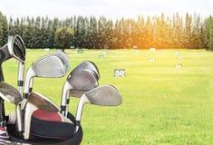 关闭金属在袋子的高尔夫俱乐部 免版税库存照片