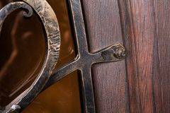关闭金属样式的片段在木门的 免版税库存照片