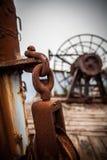 关闭金属零件看法在被放弃的小船的 库存照片