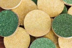 关闭金黄和绿色硬币 免版税库存图片