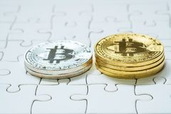 关闭金黄和银色Bitcoin,于曲线锯的地面集中的有选择性 电子货币和财务概念 免版税图库摄影