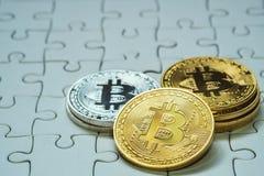 关闭金黄和银色Bitcoin,于曲线锯的地面集中的有选择性 电子货币和财务概念 库存图片