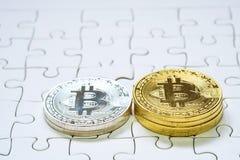 关闭金黄和银色Bitcoin,于曲线锯的地面集中的有选择性 电子货币和财务概念 图库摄影
