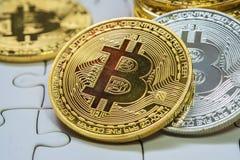 关闭金黄和银色Bitcoin,于曲线锯的地面集中的有选择性 电子货币和财务概念 免版税库存照片