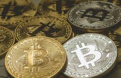 关闭金黄和银色Bitcoin,于曲线锯的地面集中的有选择性 电子货币和财务概念 免版税库存图片