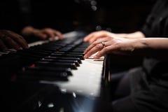 关闭钢琴演奏者的手 免版税库存照片
