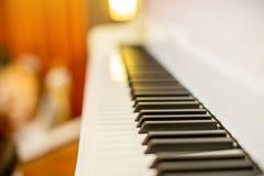 关闭钢琴钥匙黑白钥匙 从琴键的透视 库存图片