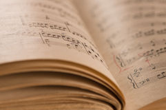 关闭钢琴经典音乐比分和笔记 免版税库存照片