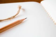 关闭铅笔和笔记本 库存图片